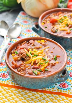 This healthy Slow Cooker Chili is an easy dinner that the whole family will love! Crock Pot Dinner | Ground Beef Recipes | Slow Cooker Dinner #beef #dinner #slowcooker #cleaneating #healthyrecipe