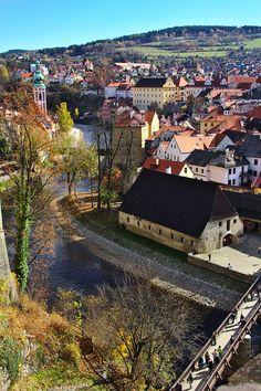 Český Krumlov es una ciudad checa en la lista de la Unesco como Patrimonio de la Humanidad desde 1992.   Se encuentra en la Región de Bohemia Meridional. Es la antigua capital de la región de la rosa de cinco pétalos de los Rosenberg, la nobleza más rica e influyente del país.