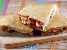 focaccia alla parmigiana, una focaccia farcita con melanzane fritte, pomodoro e mozzarella, ottimo antipasto o piatto unico
