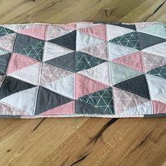 """Patchworkdecke in rosa/Grau aus der """"Mathilda"""" Bestellung. Stoffe sind alle von stoffundstil.de ➡️ daraus entstand diese Patchworkdecke, wickelauflage, sowie die Namenskette """"Mathilda""""  http://de.dawanda.com/product/76444647-Babydecke-BabyquiltKuscheldecke  #baby #baby2015 #babygirl #patchwork #kuscheldecke #rosa #grau #quilt #laloeff #dreieck #sterne #nähen #kinderzimmer #babyzimmer #impressionen #deko #dekoration"""
