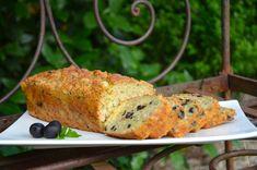 Un cake complet pour les apéros d'été ou pour un pique nique ! Ingrédients pour un cake : 180 g de farine 3 gros oeufs 1 sachet de levure 15 cl de lait 2 cuill. à soupe d'huile d'olive sel, poivre 200 g de thon au naturel égoutté 100 g d'olives noires... Cake Thon Olive, Cake Aux Olives, Food Decoration, Banana Bread, Picnic, Pizza, Turkey, Meat, Emmental