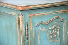 Cupboard painted with Annie Sloan Chalk Paint Versailles & Provence. Finished with clear wax and dark wax in some areas. I also put some gold paste on the corners. Painted Bedroom Furniture, Chalk Paint Furniture, Annie Sloan Chalk Paint Versailles, Annie Sloan Paints, Dark Wax, How To Antique Wood, Diy Painting, Furniture Makeover, Shabby Chic