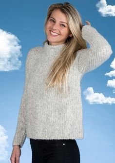 Flot klassisk feminin ribstrikket sweater i det smukke lette garn fra Mayflower. Denne flotte sweater er strikket i Mayflower Sky,