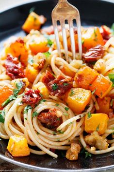 Autumnal spaghetti with pumpkin – www.emmikochteinf … The post Autumnal spaghetti with pumpkin, sun-dried tomatoes and walnuts appeared first on Woman Casual. Chicken Bacon Spinach Pasta, Italian Chicken Pasta, Pasta Salad Italian, Italian Sausage Recipes, Best Italian Recipes, Fall Recipes, Beef Recipes, Healthy Recipes, Dinner Recipes