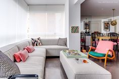 03-decoracao-varanda-integrada-sofa-cinza-rosa