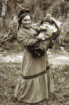 Sami woman by AnnaRu Old Photos, Vintage Photos, Photo Libre, Lappland, Folk Costume, People Of The World, Mother And Child, First Nations, World Cultures