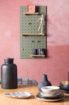Haal de creatieveling in je naar boven met wandrek Bundy. Plaats hem horizontaal of verticaal en verplaats de bamboe sticks hoe jij ze het liefst ziet. Leg de plankjes op de mooiste plekjes en stijl het geheel af met magneten, haken en andere elementen die jij mooi vind. Black Pegboard, Metal Pegboard, Kitchen Pegboard, Pegboard Display, Pegboard Storage, Home Furniture, Furniture Design, Etagere Design, Bamboo Shelf