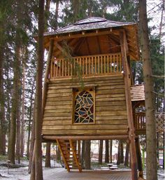 The Russian Tree house enables over 25 people (all in the tree house at one time) to enjoy themselves in a great setting. The bottom floor can be enclosed, allowing for protection against the elements, for cooking and socializing.