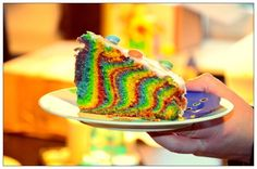 Hallo ihr Lieben!  Ich habe mal wieder gebacken. Dieses Mal keine Regenbogentorte, sondern einen Regenbogenkuchen. Eigentlich war der ganz simpel geplant - so wie ihn viele machen. Einfach ein paar Farben mixen und nacheinander in die Form füllen, so dass man am Ende quasi einen großen Regenbogen hat.