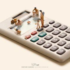 """""""Miniature Calendar"""": Wunderbar inszenierte Zweckentfremdung von Alltagsgegenständen Mindestens einmal täglich betrachtet der japanische Künstler Tatsuya Tanaka die Welt aus einer völlig ungewohnten Perspektive: Alltägliche Gegen..."""