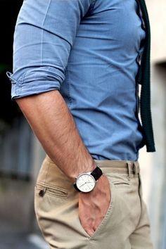 """Quero escrever sobre moda masculina para homens em torno dos 40 anos. Um bom jeito de começar é pela calça cáqui e camisa azul. Poderia ser o """"jeans + t-shirt branca + blazer"""", ou o costume azul marinho, ou a calça cinza, ou a camisa jeans. São muitas as maneiras de acertar no vestir. Vamos passear por este universo?"""
