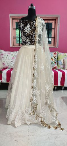 Red Lehenga, Indian Bridal Lehenga, South Indian Sarees, South Indian Bride, Bridal Outfits, Bridal Gowns, Wedding Dresses, Sikh Wedding, Bollywood Fashion