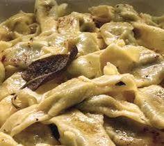 casoncelli - casoncelli è o prato tipico da minha região, a Valle Camonica. parecem pierogi, são recheios de carne moida e ervas. tem que comer com um molho feito de manteiga, bacon e cebola.