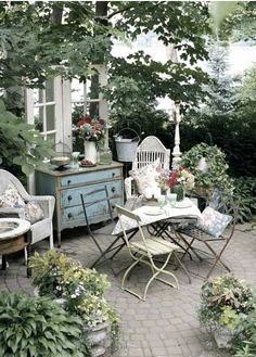 French Garden Furniture... Wow What a Beautiful Scene... Looks so relaxing :) #French #Garden # Vintage French
