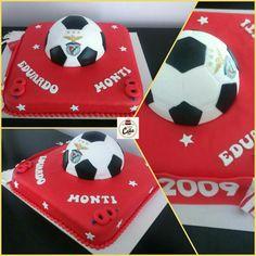 """Bolo """"Benfica 2009"""", para o Eduardo e para o Rodrigo que fizeram 8 anos.  Bolo de cima: bolo de iogurte com recheio de ganache de chocolate.  Bolo de baixo: bolo de chocolate com recheio de doce de leite. #carinaecake #slbcake #benficacake #slbenfica #cakedesigner #bolosdecorados #bday #bolinhosamedida  #happybirthday #happybday #lovely #welcomefriends"""