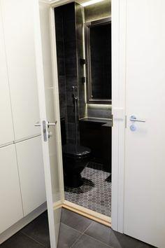 detaljee+15+sisustussuunnittelu+sisustussuunnittelija+interiordesigner+helsinki+pääkaupunkiseutu+kotisuunnittelu+WC+laatat+ABL-laatat+musta+WC-istuin