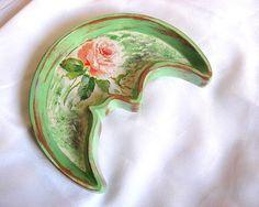 Platou ipsos model trandafir, floare roz si alb, fond verde alb retro vintage Spoon Rest, Retro Vintage, Model, Green, Bamboo, Scale Model, Pattern, Models