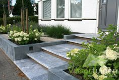 De opdracht was om niet alleen een mooie tuin te maken maar ook een tuin die niet verzakt. Dit deel van Kudelstaart bevindt zich namelijk op...