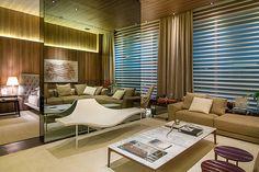 CASA COR RJ 2014 - A tv do quarto de casal foi embutida no painel de espelho que decora o Loft do Casal Cosmopolita de Izabela Lessa