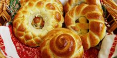 Colaci - a kind of fancy bread Bread Shaping, Romanian Food, Pan Dulce, Bread And Pastries, Challah, Bread Rolls, Sweet Bread, Apple Pie, Doughnut