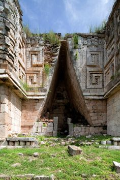 Mexico Travel Inspiration - A Mayan corbel arch, Uxmal, Yucatan, Mexico. Mayan Ruins, Ancient Ruins, Aztec Ruins, Ancient Greek, Ancient History, Brutalist Buildings, Mesoamerican, San Jose, Ancient Architecture