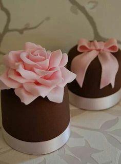 Rosa y flor rosada