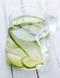 Agua fresca concombre et citron vert Fun Drinks, Yummy Drinks, Healthy Drinks, Flavored Water Recipes, Cucumber Recipes, Lassi, Smoothie Drinks, Smoothies, Ice Cube Recipe
