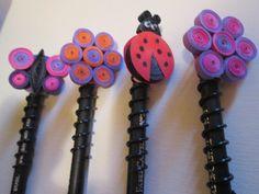 Lápis com ponteira em quilling. Disponível nos formatos de flor, borboleta e joaninha. Podem ser confeccionados nas cores de sua preferência.