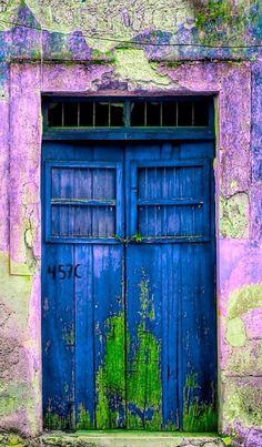 Entrada e porta em tons de azul, verde e violeta.  Mérida, Yucatán, Mexico *⊱•Fachada•⊰* #FachadaDeCasa #Entradas #Portas #Portões #Portaria #Janelas #Vidraças #Fechaduras #Maçanetas #Chaves #FaçadeDeMaison #Passarelle #Portière #Fenêtres #Clés #Entrance #HouseFacade #Facade #Gateway #Door #Window #Windowpane #Port #Port #Gate #DoorLock #Key #Keys #green #violet #blue