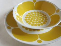 This Arabia Sunnuntai dish and plate are so bold and colourful in gorgeous sunny yellow- so cheerful! I need to find some for my own kitchen. Ceramic Tableware, Ceramic Pottery, Nordic Design, Scandinavian Design, Dining Ware, Vintage Ceramic, Vintage Kitchenware, Villeroy, Ceramic Design