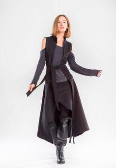 Женская одежда в магазине. Одежда с необычным кроем, креативная, современная одежда. Магазин модной уличной одежды. Дизайнерская женская одежда на любой вкус.