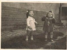 אסתר מלכה ברגר ופיה קרמולובסקי במחנה פריצלר