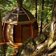 Esta cabaña se hizo utilizando materiales reciclados. Se encuentra entre pinos canadienses, de los que toma su nombre. Su constructor, el carpintero Joel Allen, contó con la ayuda de dos amigos arquitectos para diseñarla. Puedes leer más sobre su curiosa historia en el artículo.
