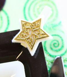 Accrochées sur le coin de vos assiettes, ce étoiles de Noël apporteront une touche brillante et féerique à votre table !