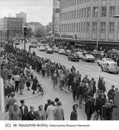 HANNOVER 1967 - Trauermarsch durch die hannoversche Innenstadt für den erschossenen Studenten Benno Ohnesorg