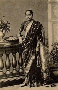 women in traditional Nauvari sari, India, century.Marathi women in traditional Nauvari sari, India, century. 6 Photos, Old Pictures, Vintage Photographs, Vintage Photos, Indian Aesthetic, Royal Indian, History Of India, Vintage India, Vintage Bollywood