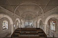 """Dieses Foto zeigt eine belgische Kirche. Untermaierhofer hat sie   gravestone church   genannt. """"Sehr hoher Verfall"""", beschreibt er den Zustand des Gebäudes. """"In der Kirche sind Spuren einer eingestellten Ausgrabung, wo Grabsteine zum Teil freigelegt wurden. Teilweise liegen Menschenknochen darauf. In der Kirche hausen gut hundert Tauben. Dementsprechend unangenehm ist es dort, da alles nach Taubenkot stinkt und der komplette Boden davon übersät ist."""""""