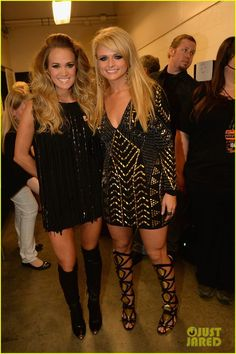 Miranda Lambert & Carrie Underwood Rock Out at CMT Music Awards (Video): Photo Carrie Underwood and Miranda Lambert rock out on stage together while performing at the 2014 CMT Music Awards held at the Bridgestone Arena on Wednesday evening… Carrie Underwood, Country Women, Country Girls, Country Music, Country Singers, Country Artists, Dani Martinez, Miranda Lambert Photos, Musica Country