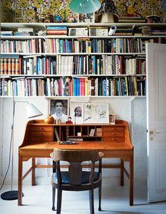 floral wallpaper + bookshelves above the desk