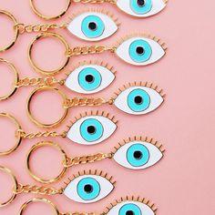 LIMITED EDITION *** blue eye keychain -- Après le pins voici le porte-clef oeil bleu porte bonheur! Réalisés en édition limitée en métal finition or brillant, et