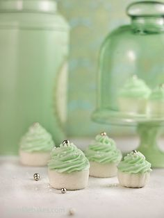 Butter-mints shaped like cupcakes Candybar Wedding, Beaux Desserts, Sweet Desserts, Butter Mints, Color Menta, Mint Color, Dessert Blog, Cupcake Cookies, Mini Cupcakes