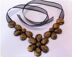 Maxi Colar mesclado em dourado e preto,formato de flor. R$ 36,50