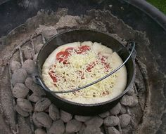 Dutch Oven Pizza, Camp Cooking Recipes, Pizza Recipes, Dutch Oven Recipes, Camp Fire Cooking, Cast Iron Pan Recipes