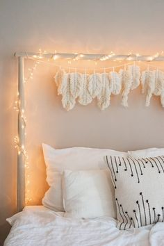 In case you are in search of a simple DIY for newbies, simply begin with macrame f… My New Room, My Room, Girl Room, Room Ideas Bedroom, Bedroom Wall, Bedroom Decor, Feather Garland, Feather Decorations, Diy Home Decor