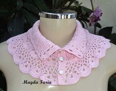 This Pin was discovered by Ayş Crochet Collar Pattern, Col Crochet, Crochet Lace Collar, Crochet Lace Edging, Crochet Girls, Crochet Poncho, Crochet Scarves, Crochet Clothes, Crochet Stitches