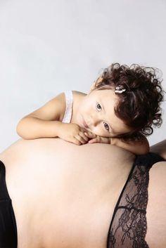 Ésta vez hemos hecho fotos a una mamá embarazada con su hija mayor. Le estamos cogiendo gusto a ésto de los reportajes múltiples... Daughter and mom pregnant. Maternity photo.