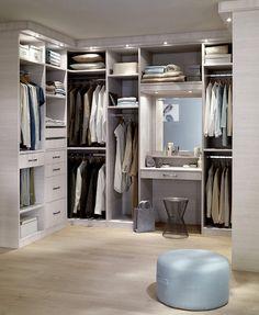Une pièce entière pour ranger ses vêtements… quel rêve ! À défaut, même dans une grande chambre, vous pouvez consacrer un espace pour composer votre dressing sur mesure.  #lapeyre #lesavoirbienfaire #madeinfrance #home #instahome #aménagement #rangement