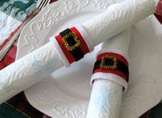 Santa Belt Napkin Rings; super easy & cute for a Christmas dinner.  Cut the cardboard tube to desired width, glue red felt on, then black in the middle, and 2 white pieces on the edge. Fold the pipe cleaner into a square and glue in the middle. Let dry.