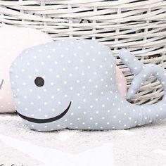 DIY-Projekt Wal-Kissen. In diesem Beitrag zeige ich euch, wie ihr diese schönen Wal-Kissen selber näht. Die Kissen machen sich schön in Kinderzimmer, Flur und Wohnzimmer und sind auch ein schönes Geschenk.