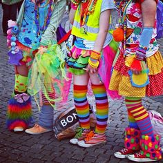 we're all mad here - Karneval Fasching Halloween - Couldn& get more colorful! Crazy Outfits, Mode Outfits, Fall Outfits, Crazy Hat Day, Wacky Tacky Day, Wednesday Outfit, Wacky Wednesday, Wacky Hair Days, Leggings Funny